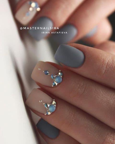 paznokcie na wesele ozdoby kryształki szare niebieskie