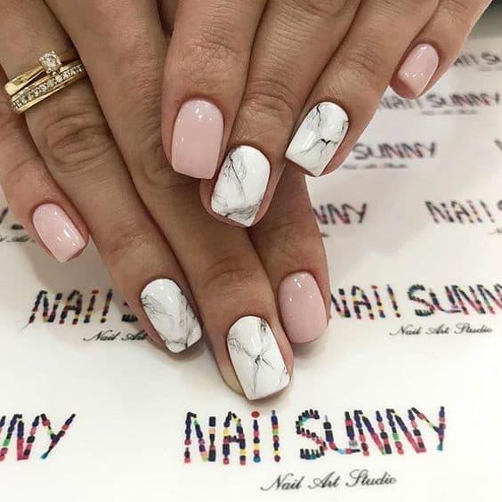 manicure ślubny marmurki białe różowe