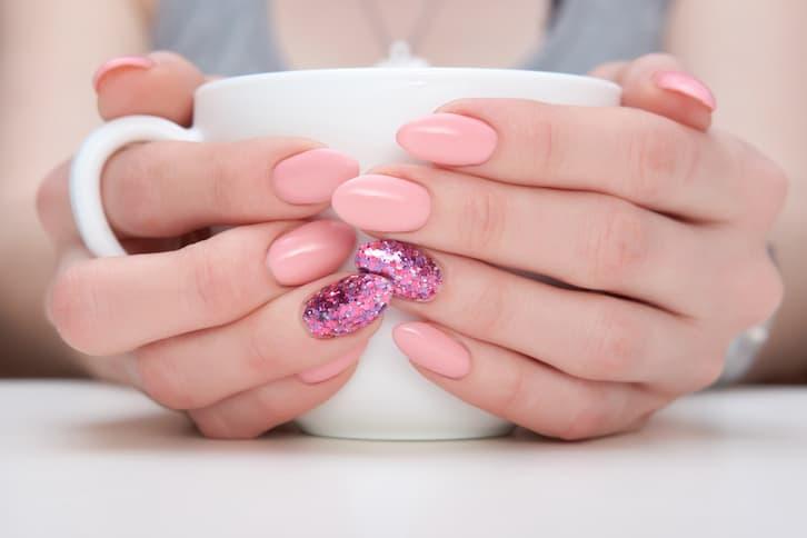 manicure róż brokat