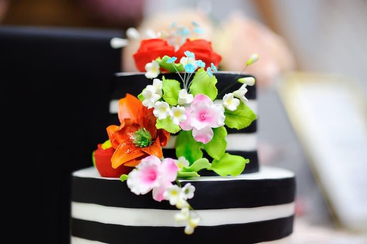 tort ślubny czarny biały paski kwiaty
