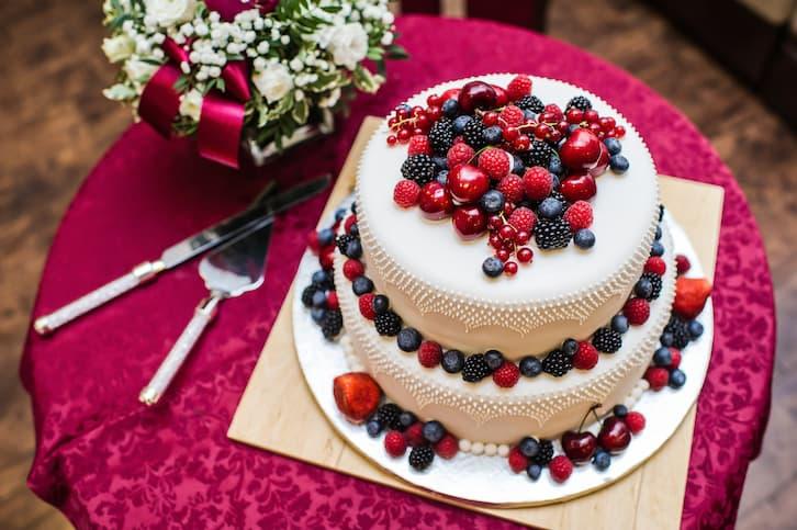 torty weselne owoce czerwone granatowe glamour