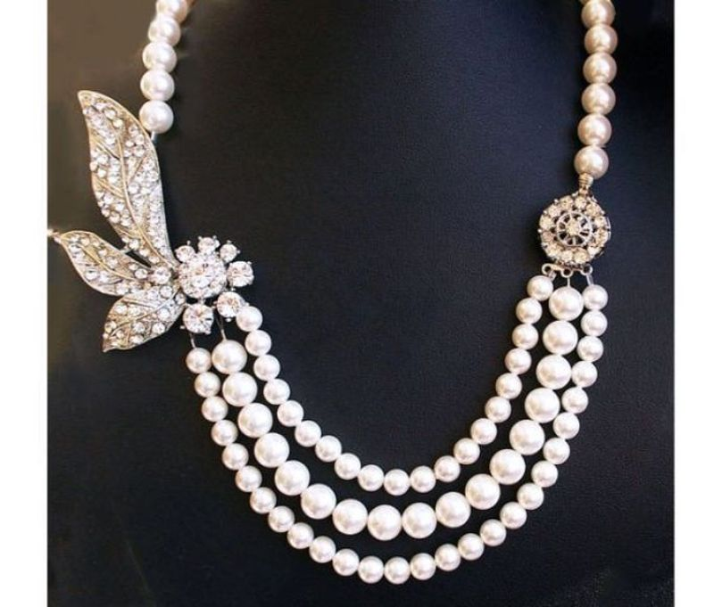 Pearl necklace with vintage rhinestone pendant