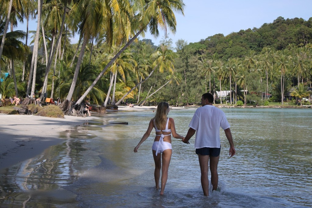 5 Ways to Plan Your Honeymoon on a Budget - WeddingsAbroad.com
