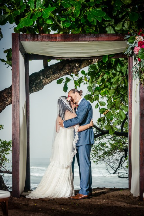 weddings-costa-rica-bride-groom-kiss