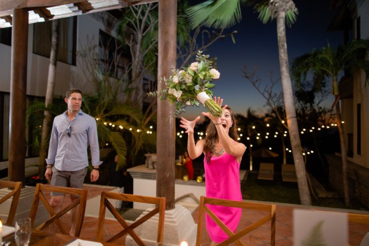 weddings-costa-rica-bouquet-toss