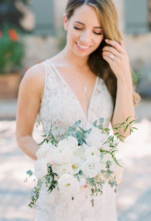 2020 Wedding Bouquet Trends_ White loose flowers with greenery
