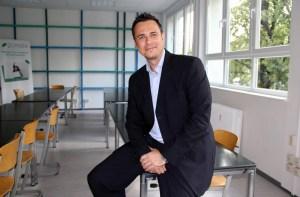 Schulleiter Christian Schwenke im Klassenraum. Foto: Hensel
