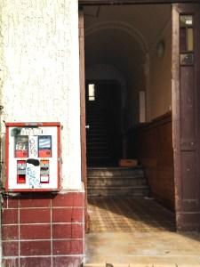 Seestraße, Tür offen