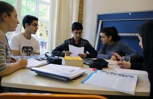 Fatos (2. von rechts) gibt Englisch-Nachhilfe. Foto: Hensel