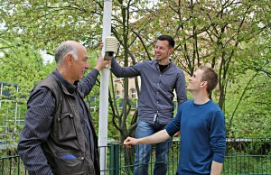 Jan Epperlein (mitte) schaut sich die Wetterstation in der Kita Ramlerstraße an. Daniel Fenner (rechts) erklärt sie ihm.