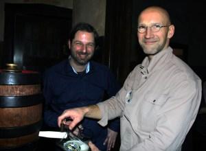 Inhaber Jens Plechinger (links) mit Martin Eschbrenner von der Weddinger Brauerei Eschenbräu. Foto: Hensel
