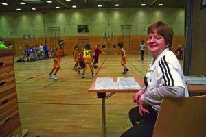 Susanne Bürger als Kampfrichterin, als noch Basketball gespielt wurde - Foto Dominique Hensel