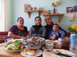 Eine fröhliche Frühstücksrunde: Birsen Hamut, Mariam Fandi, Emilia Witwer-van de Loo (mit Mariams Sohn). Foto: Stephanie Esser