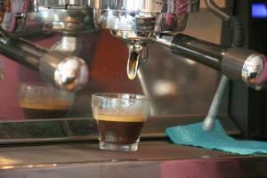 Frischer Espresso aus der neuen Kaffeemaschine. Foto Andrei Schnell.