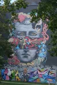 Surreales Wandbild am Stadtbad. Foto Andrei Schnell.