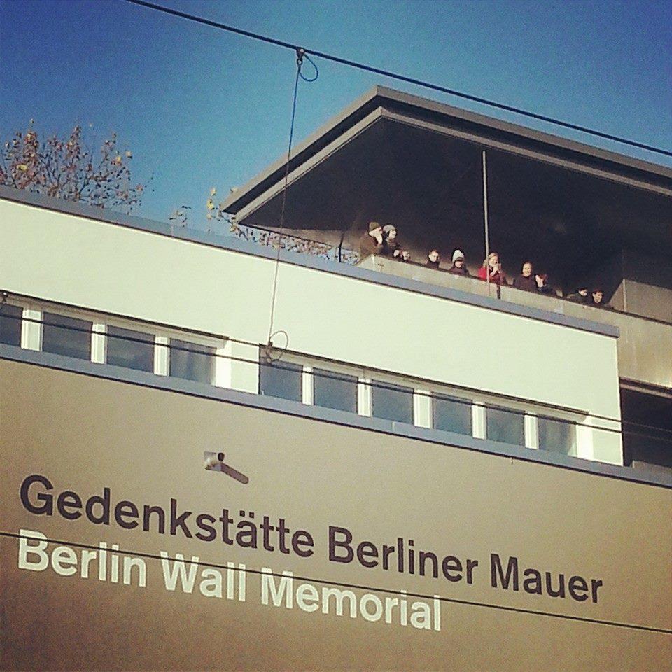 Touristen auf der Aussichtsplattform der Mauergedenkstätte