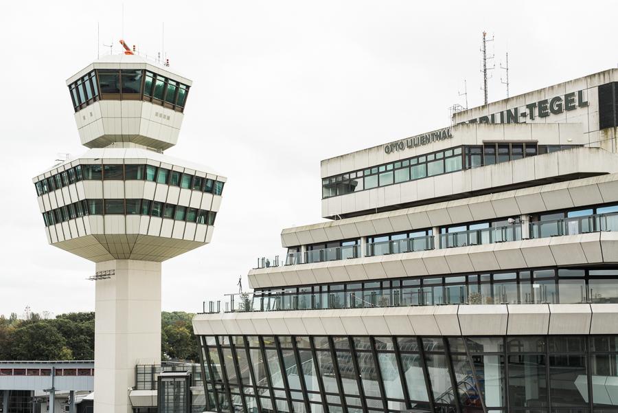 Tower und Flughafengebäude