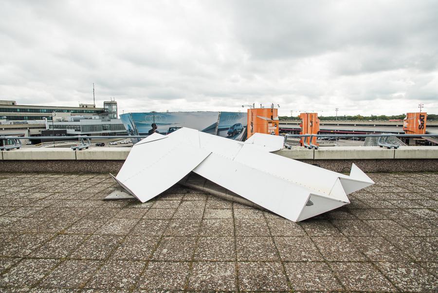 """""""Papierflieger"""": ein 4,5m langer Flieger aus Aluminium auf der Besucherterrasse"""