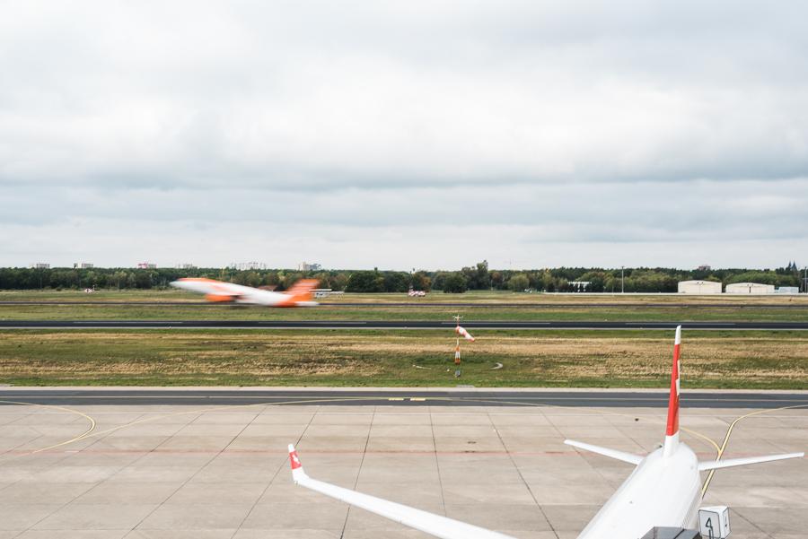 Ein Easy-Jet Flugzeug hebt ab