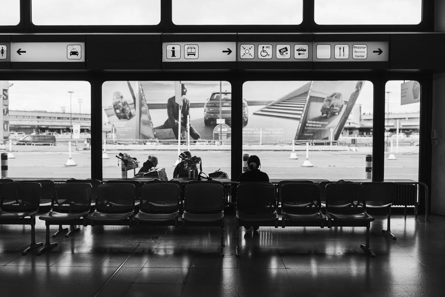 Vereinzelt wartende Fluggäste