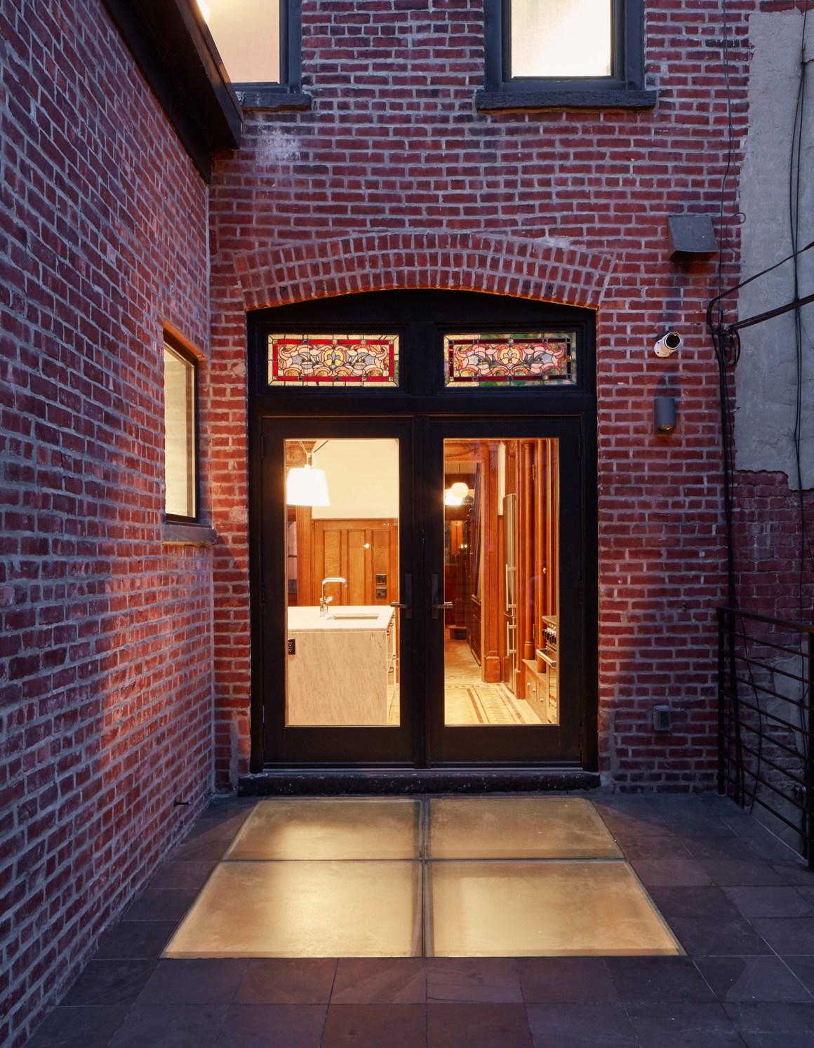 40_rear-exterior-night
