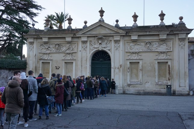 Waiting to look through the Aventine Keyhole