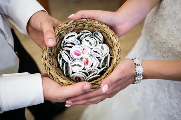 Novomanželské odznaky - dárek pro hosty