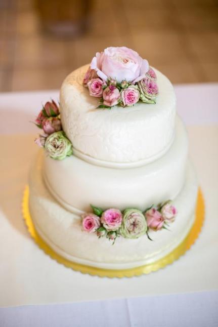 Tří patrový svatební dort s pivoňkami