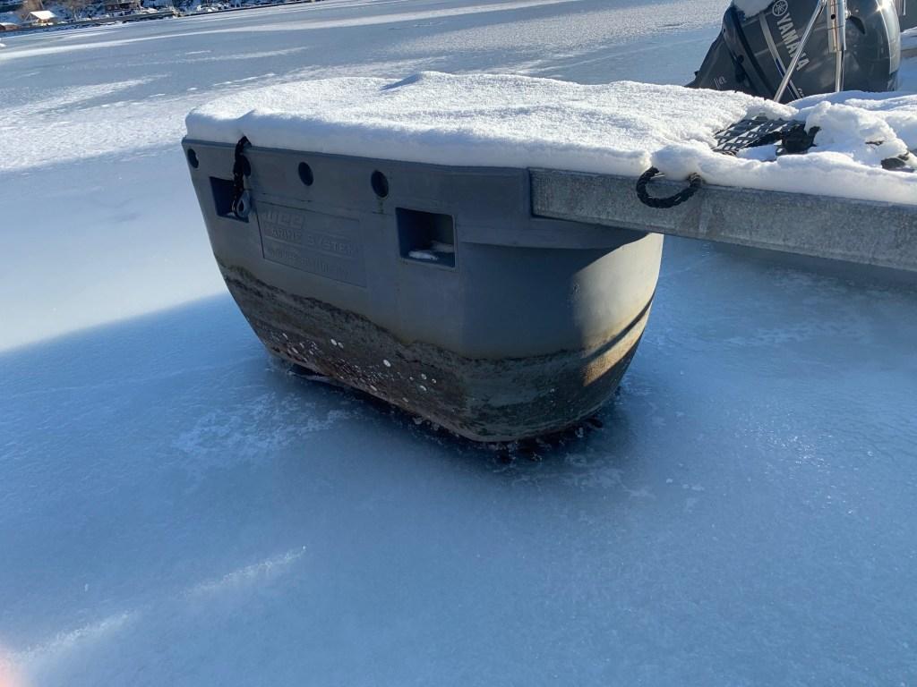 Selvoppløftene ved is på sjøen