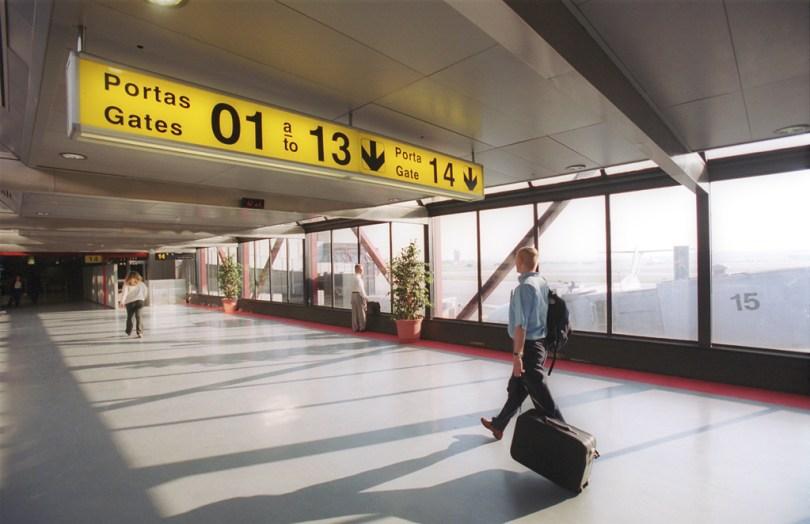 Couloir du hall d'embarquement de l' Aéroport de Lisbonne - Humberto Delgado