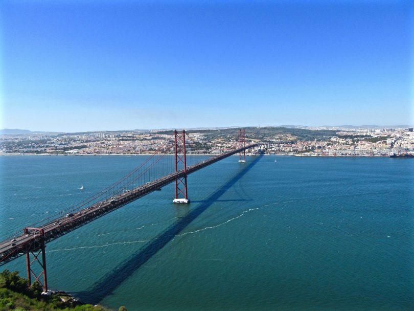 Vue sur le pont 25 Avril depuis le Christ Roi Almada - Lisbonne - Photo flickr de Paolo Pulpillo