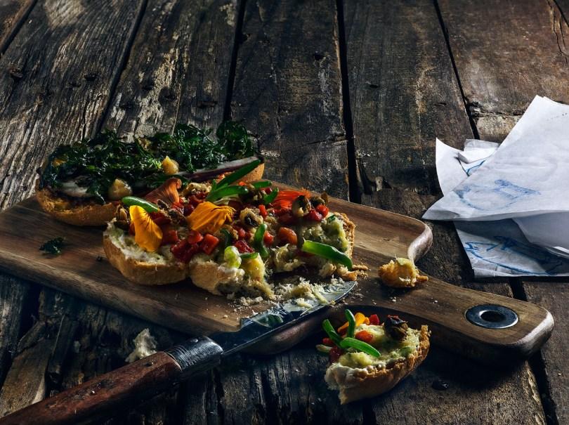 Toast de morue au yaourt grec poivrons grilles et capres frites