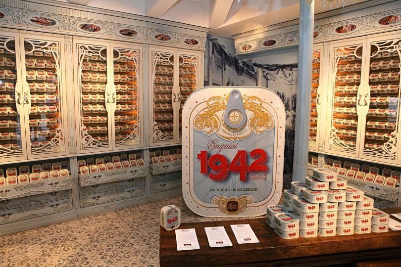 1942 Fabrica das Enguias - Interieur Boutique Lisbonne - Vente de boites de conserves anguilles