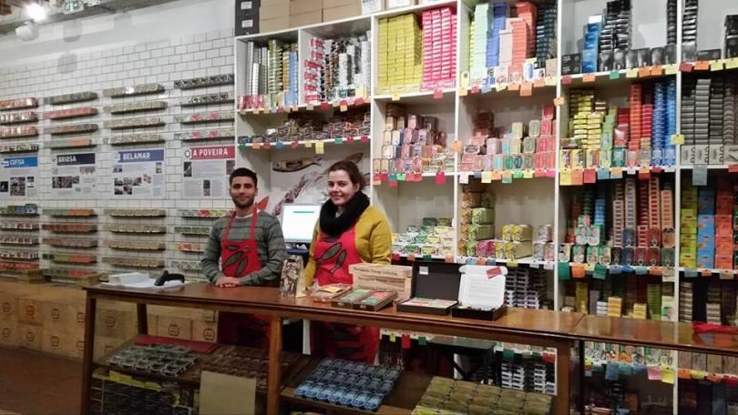 Comptoir de la Loja das Conservas - Boutique de vente de boites de conserves de sardines et poissons - Lisbonne - Photo de Giovanna Severa