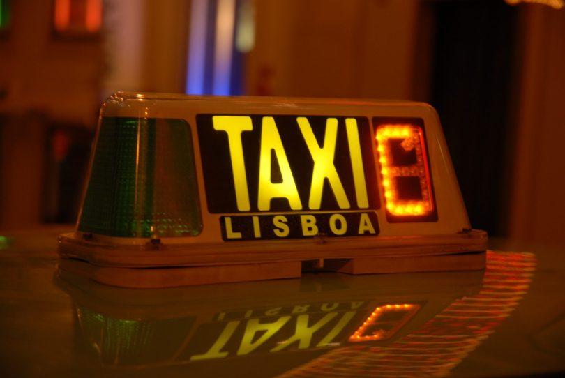 Enseigne Taxi Lisbonne - Photo flickr de jazz_night