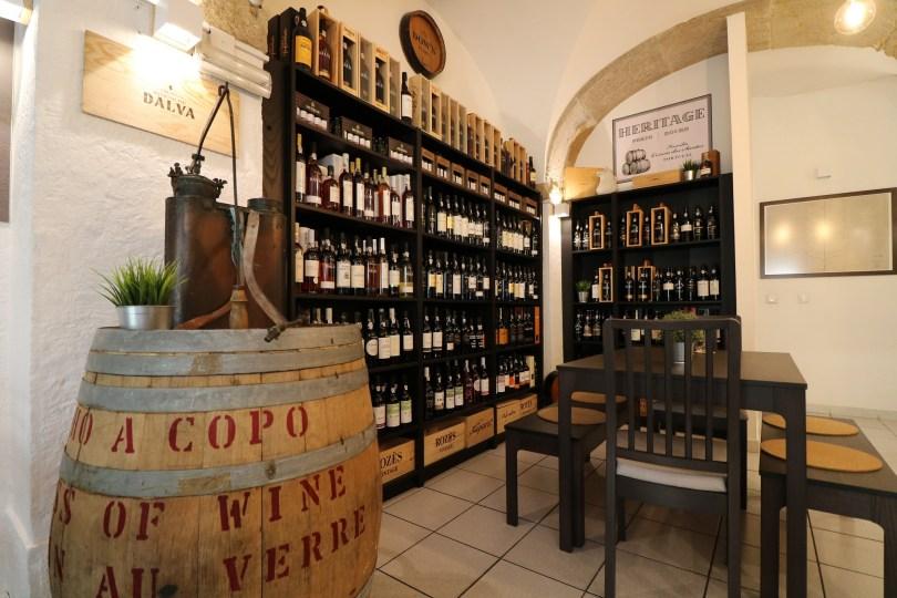 Interieur de la boutique Portologia Lisbonne - Caviste et degustation - Vins de Porto et du Douro