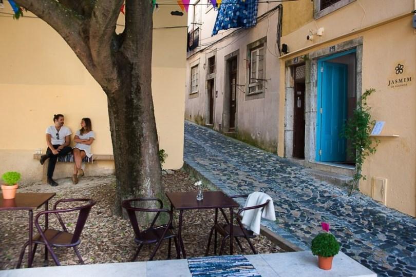 Entree et terrasse du bar-restaurant Jasmim da Mouraria - Bar Tapas - Lisbonne