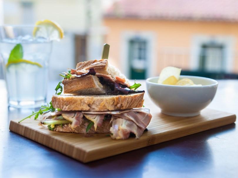 Sandwich à base de porc fumé et de salade - Bar-restaurant Jasmim da Mouraria - Lisbonne