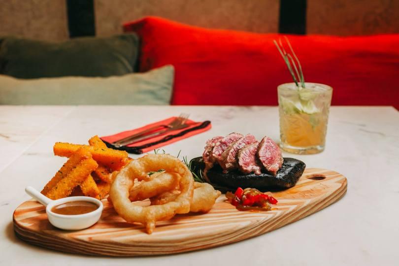 Bifteck - calamars grilles - frites de legumes au restaurant Optimista - Lisbonne