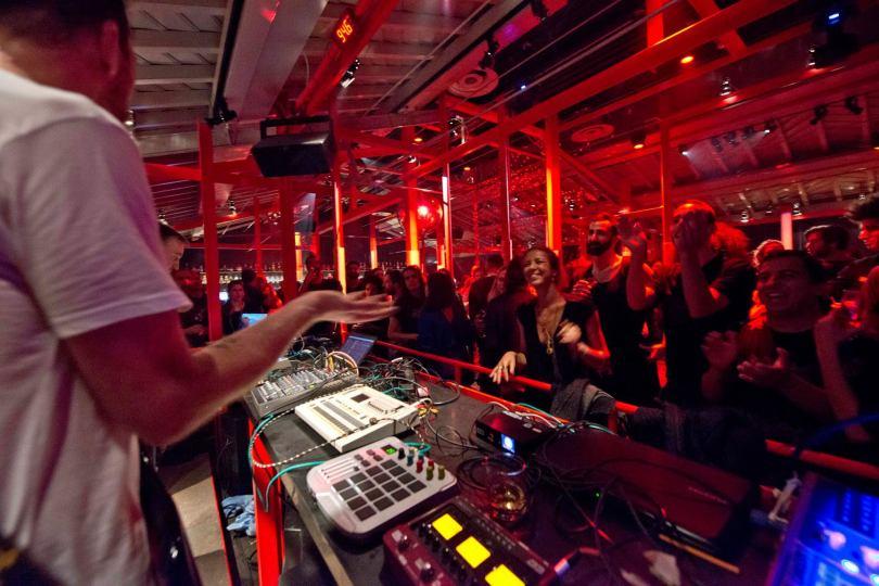 DJ et public de la discotheque Rive Rouge - Lisbonne