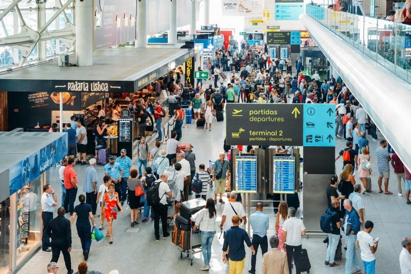 Hall Depart avec foule - Aeroport de Lisbonne