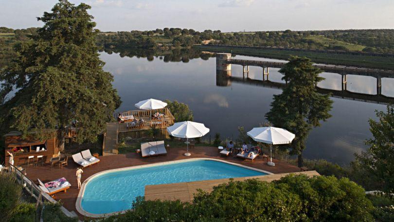 Piscine du Vale do Gaio Hotel avec vue sur le barrage - Portugal