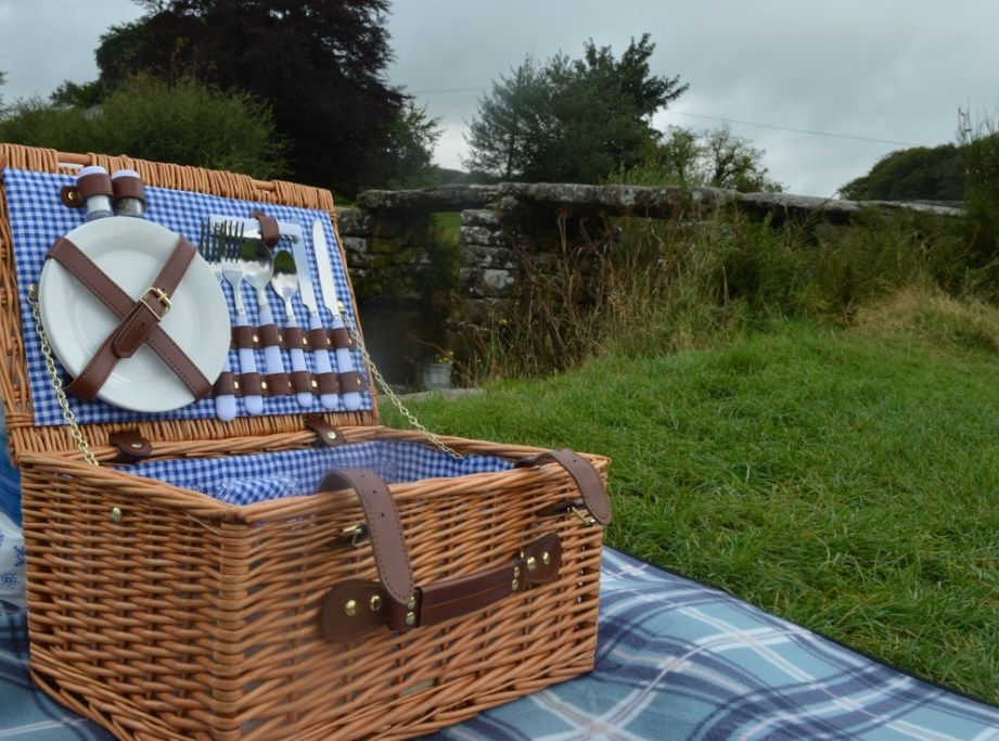 Vonshef wicker picnic hamper