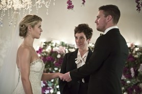 """Arrow -- """"Broken Hearts"""" -- Image AR416a_0076b.jpg -- Pictured (L-R): Emily Bett Rickards as Felicity Smoak and Stephen Amell as Oliver Queen -- Photo: Katie Yu /The CW -- © 2016 The CW Network, LLC. All Rights Reserved."""