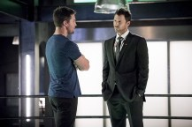 """Arrow -- """"Human Target"""" -- Image AR505a_0056b.jpg -- Pictured (L-R): Stephen Amell as Oliver Queen and Will Traval as Christopher Chance/Human Target -- Photo: Dean Buscher/The CW -- © 2016 The CW Network, LLC. All Rights Reserved."""