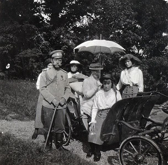 f Tsar Nicholas II and Tsarina Alexandra of Russia with their four daughters