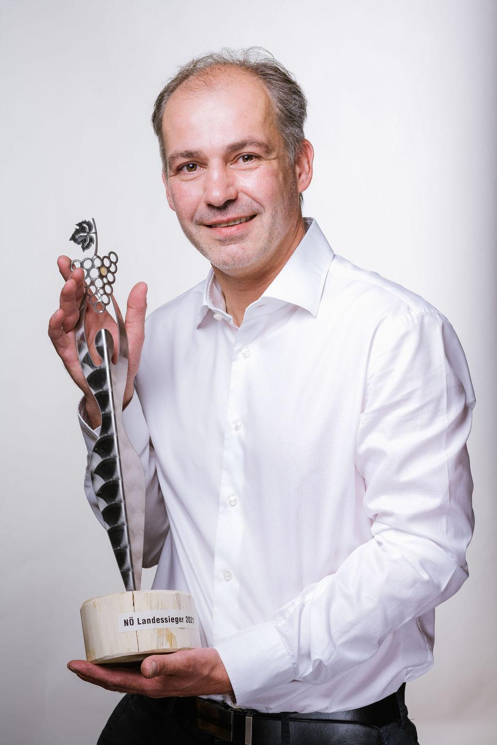 Josef Wannemacher mit Landessiegerstatue