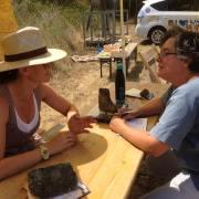 Zwei Frauen reden an einem Biertisch