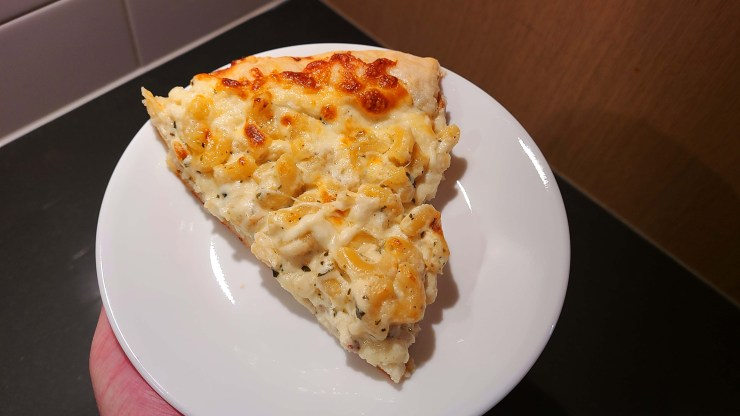 White cheddar mac n' cheese pizza