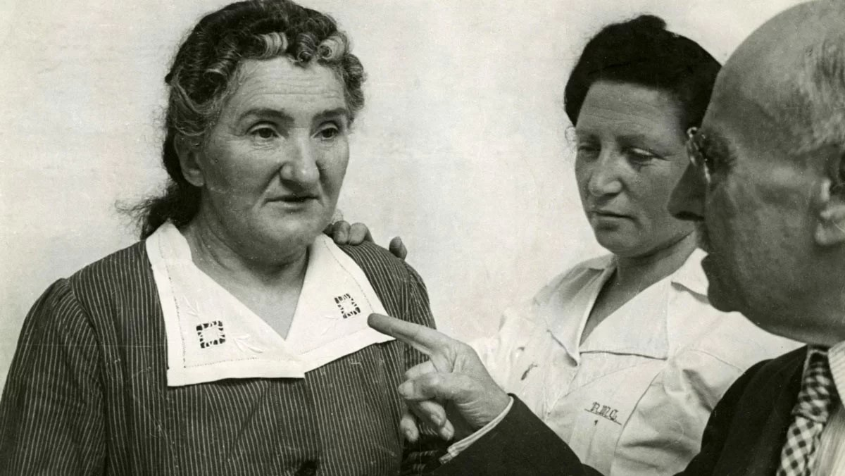 Leonarda Cianciulli in March 1946 during an interview with Filippo Saporito (1870-1955) in the criminal asylum of Aversa